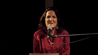 Caroline Harvey chante 'Les feuilles mortes'
